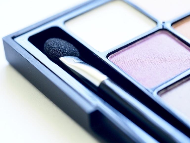 makeup-3093870_1280